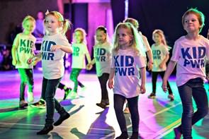 Børn og voksne på dansegulvet