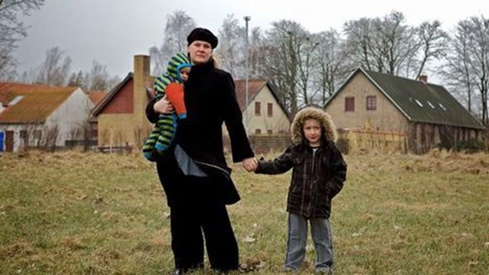 Henriette Frahm med børnene Lucas og Mathias på grunden på Toftehøjvej, hvor børnehaven oprindeligt skulle bygges i Storvorde, nu samler hun og andre forældre underskrifter ind på Facebook for at sikre, at politikerne ikke flytter børnehaven til Klarup. Foto: Henrik Bo