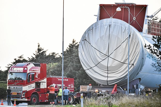Bum - den 300 tons tunge 8 MW nacelle er parkeret i rundkørslen, da en hydraulikslange er sprunget på trækkeren foran sættevognen.Foto: Ole Iversen
