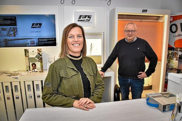 """Pia Oddershede Thomsen har i dag ansvaret for sengetøj, håndklæder, duge, brugskunst hos HL. I baggrunden ejer Jan Hvam, der """"kun"""" har været i butikken i 15 år. Foto: Ole Iversen Ole Iversen"""
