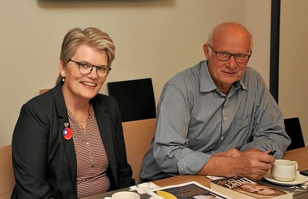 Jane Holm og Frits Danielsen er begge med i den arbejdsgruppe, som har arrangeret dette møde med de to politikere, og de betoner, at Rotary ikke får noget økonomisk ud af det. Overskuddet går til et godt formål. Foto: Ole Torp