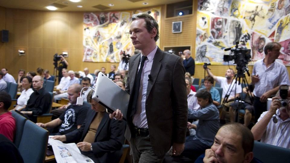 Journalister i Sverige skal have papir og blyant frem, hvis de i fremtiden vil dække retssager. På billedet ses den svenske retssag mod Wikileak-stifteren Julian Assagne, der tiltalt for voldtægt i Sverige. (Arkivfoto).