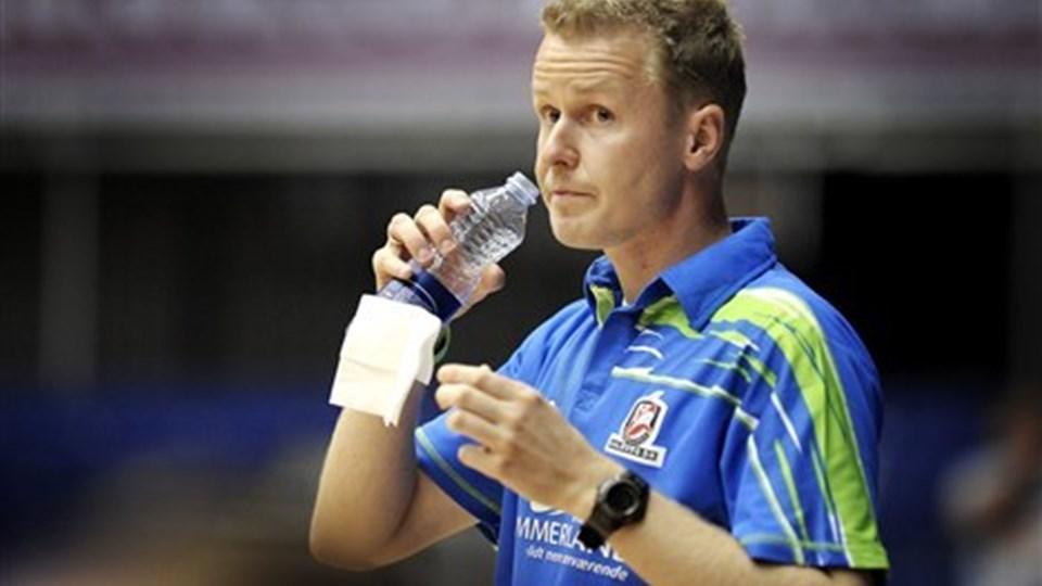 Cheftræner Allan Heine prøver at holde nerverne i ro. Foto: Lars Pauli