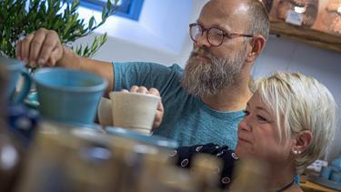Nørager-par forelskede sig i græsk keramik på charterferie: Nu har de åbnet en butik