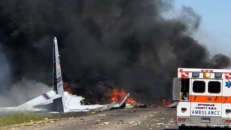 Et amerikansk militærfly ligger i flammer mellem hovedvej 21 og Gulfstream Road i Savannah, Georgia. Foto: Handout/Ritzau Scanpix