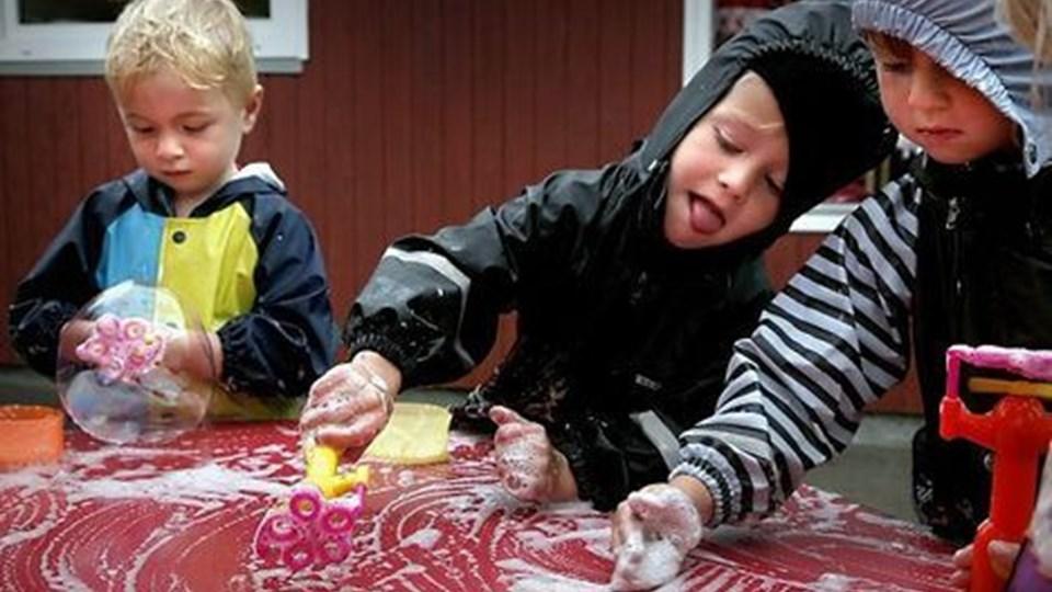 Også en regnvejrsdag som i går er børnene i Friluftsbørnehaven udendørs. Og det våde vejr er perfekt til en sæbeleg. Fra venstre Gustav Dyrby, Anton Heide Langballe og Asger Tovsig. Foto: Klaus Madsen