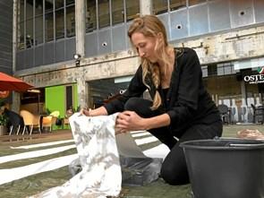 Nyt kunstværk: Kom og giv en håndfuld jord fra din bydel