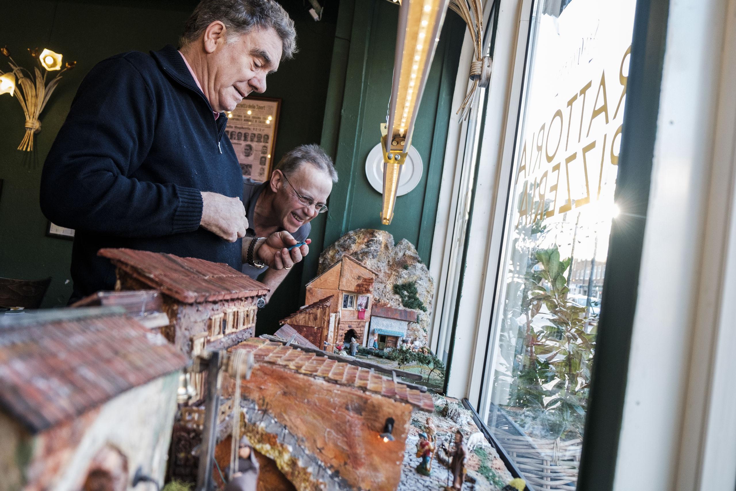 Her ses forrest Giovanni Volpi og Peter Rasmussen, der er ved at få styr på detaljerne i julekrybben. Foto: Lasse Sand