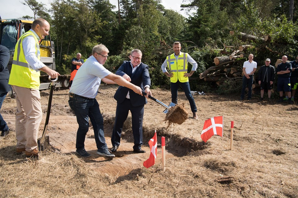 Borgmester Arne Boelt og Color Lines administrerende direktør i Danmark Henrik Renneberg tog det første spadestik til firmaets nye lagerbygning på Hirtshals Havn, hvorfra forsyningerne til alle rederiets skibe skal samles.