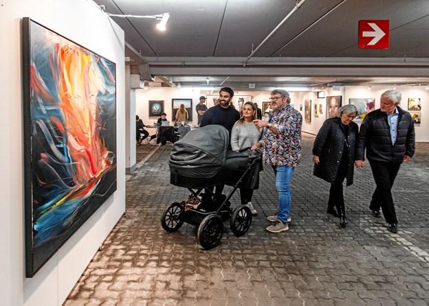 Galleriejer Kent Wolfsen, til højre, havde nok at se til med at fortælle de besøgende om de mange kunstværker. Foto: Galerie Wolfsen