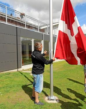 Hallen fik sin helt egen flagstang med flag