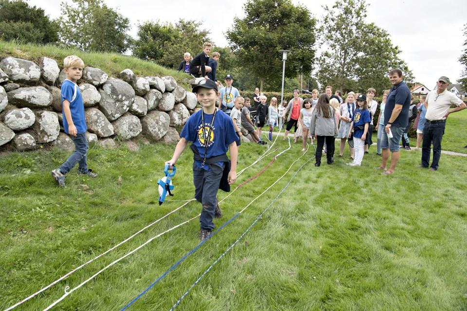 Børnene på sommerskolen i Stenum har strikket 915,20 meter fingerstrik - det er nok til at komme i Børnenes Rekordbog. Her måler Andreas Ritter produktionen op.Foto: Henrik Louis