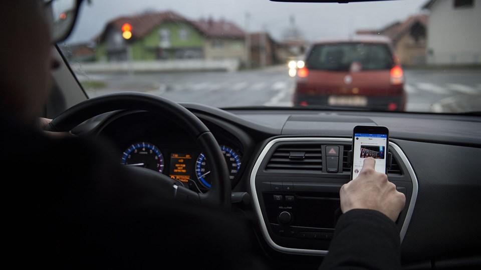 Det koster i dag et klip i kørekortet, en bøde på 1500 kroner og 500 kroner til Offerfonden at svare på en sms under kørsel. (Arkivfoto)