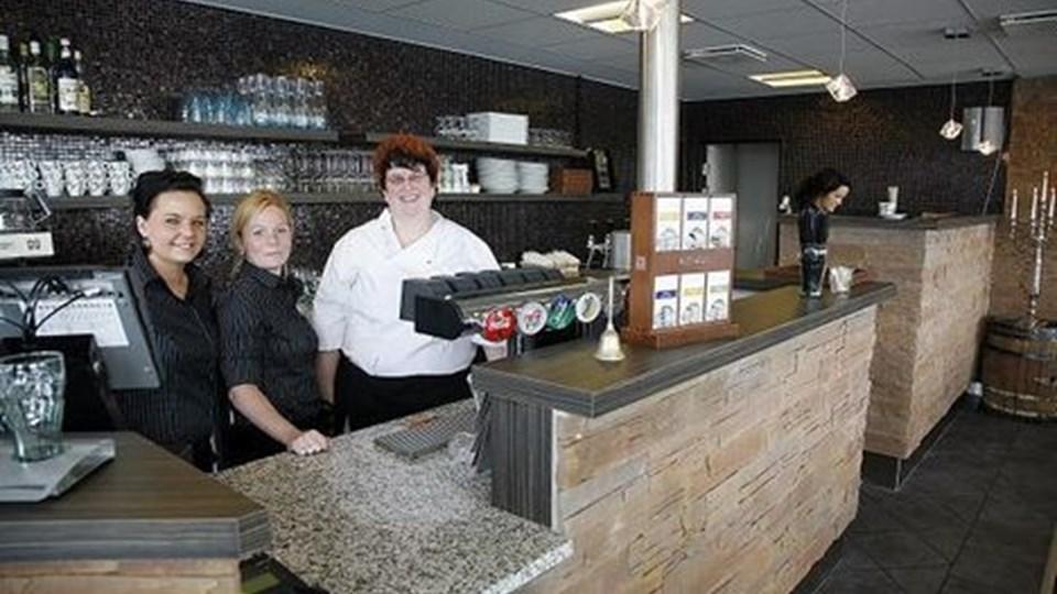 Cafe Salto har fået et helt nyt interiør, og det nyder fra venstre Jeanette Fuglsang, indehavere Loni Plet og Vibeke Jensen. Café Salto har i alt omkring 20 ansatte inklusive løsansatte og opvaskere. Foto: Klaus Madsen