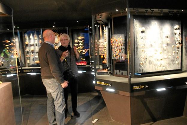 Tovholdere på turen, Helle og Karl Jørgen Ingversen, i færd med at undersøge rav samlernes hemmeligheder. Foto: Finn Kristensen