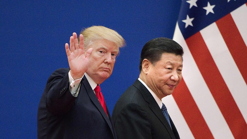 Donald Trump (tv.) og Xi Jinping (th.) er tirsdag i en telefonsamtale blevet enige om at fastholde sanktioner mod Nordkorea, indtil landet har desarmeret sit missil- og atomprogram. Billedet her er fra de to personers møde i november 2017. Foto: Scanpix/Nicolas Asfouri