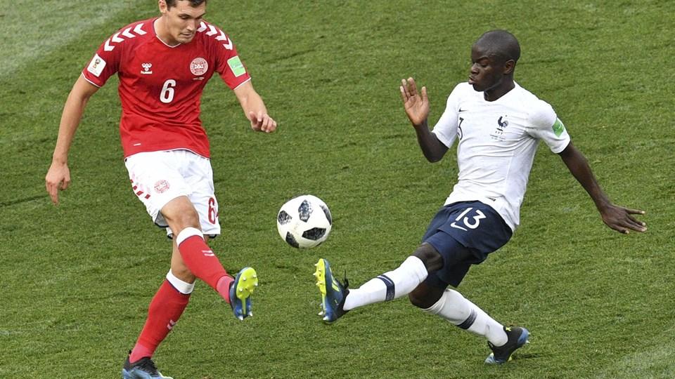 Den danske landsholdsspiller Andreas Christensen (til venstre) mødte Chelsea-holdkammeraten N'Golo Kanté, da Danmark spillede 0-0 i gruppespillet mod Frankrig ved sommerens VM-slutrunde.