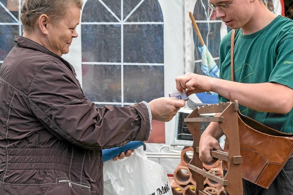 Stor Tilstrømning Til Kfum Spejdernes Loppemarked Galleri