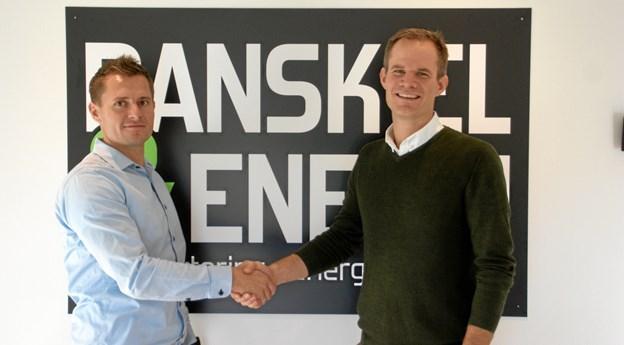 Kim Neumann Sørensen (tv) og Thomas Søgaard giver hinanden håndtryk på deres nye partnerskab i Dansk El & Energi i Terndrup. Foto: Privat.