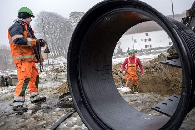 Anlægsarbejdet med at få placeret de store studser er godt i gang på kajen i Aalborg Havn.