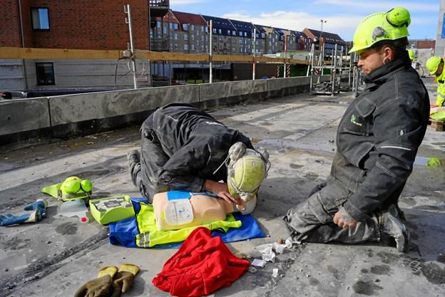 HP Bygs medarbejdere, der er i gang med at lære førstehjælp. Foto: Søren Fiil Visby