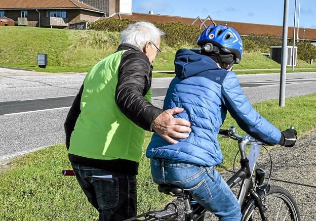 """Mangeårig tidligere lærer på skolen Ejner Frøkjær, var post og sponsor, og gav gerne et skub ved """"Hotel-bakken"""" . Foto: Ole Iversen"""