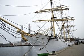 """Skoleskibet """"Danmark"""" får en saltvandsindsprøjtning"""