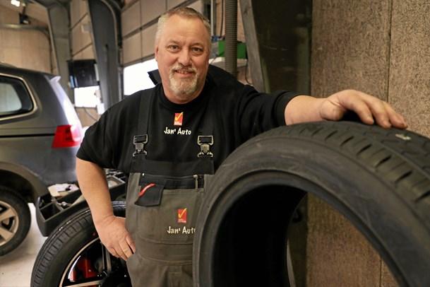 Mekaniker og dækmand skifter værksted
