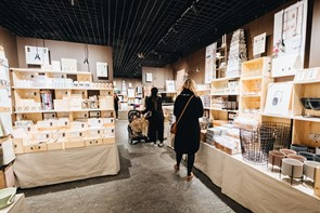 Søstrene udvider butikken: Du kan få en gratis stol