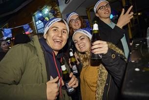 Nissepiger og gratis øl: Se billeder og video fra J-dag i Gaden