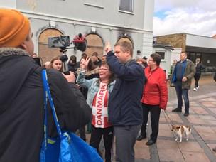 Ventetid i regnvejr: I den her nordjyske by stod folk i kø for at få selfie med Paludan