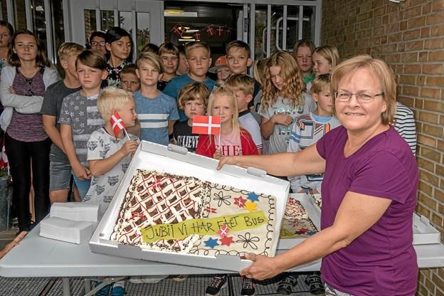 """""""Jubii vi har fået bus"""". Skoleleder Ann Christiansen er glad for, at det er lykkedes at samle så mange penge ind, at skolen har kunnet købe sin egen bus. Foto: Niels Helver"""