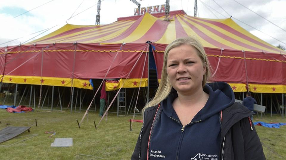 19 år og det meste af tiden meget langt fra mor og far i hjembyen Hobro. Amanda Corneliussen sælger i denne sæson, indtil september, billetter for Cirkus Arena - og det overalt i landet. Foto: Grete Dahl