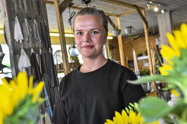 Lotte Sørensen er udlært blomsterdekoratør. Hun bliver en del af i alt fire ansatte, der skal betjene kunderne i Oasen. Foto: Ole Iversen