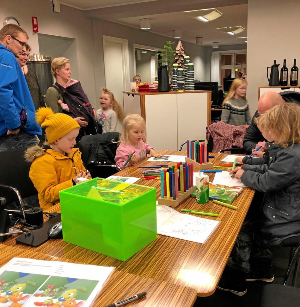 Lige knap 100 børn og deres forældre besøgte sparekassen torsdag for at hygge sammen og modtage en julekalender. Privatfoto