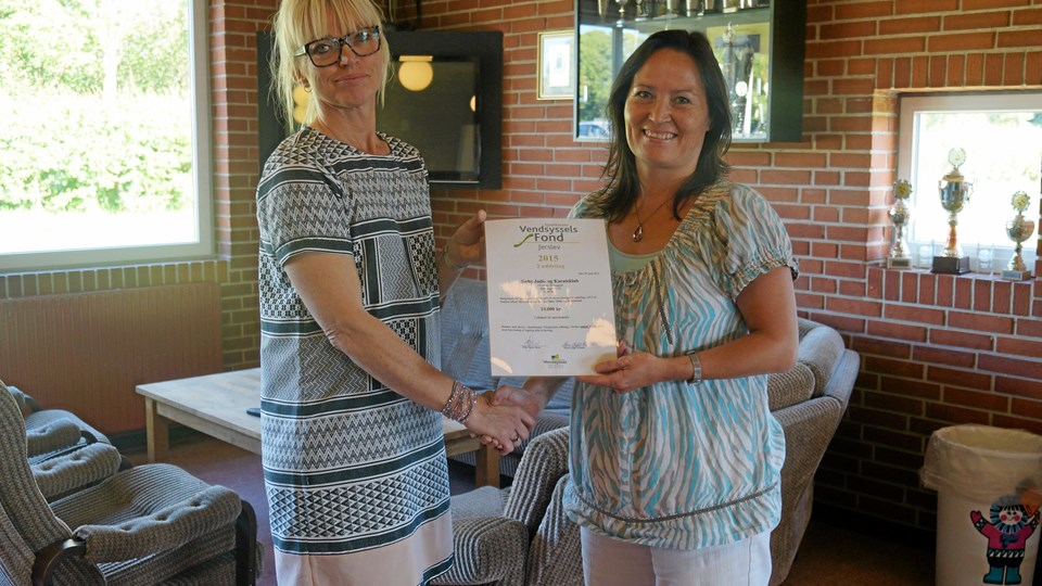 Winnie Thomsen modtog 10.000 kr. til Sæby Judo og Karateklub. Privatfoto.