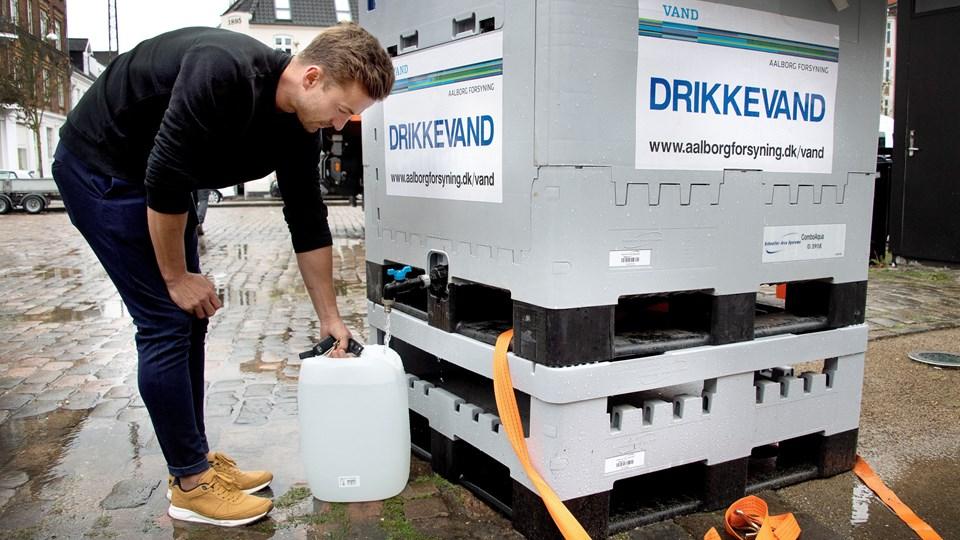 Martin Klyvø henter rent vand fra et af tappestederne i Aalborgs centrum. Foto: Bente Poder