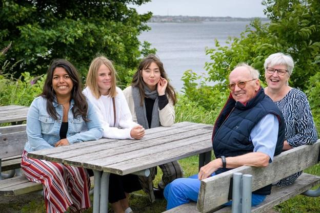 Lucia Garcia fra Peru, Emma Katrine Nørgaard og Eva Raltin, der snart skal til Quebec, ses her sammen med medlemmerne af Thisted Rotary Klubs ungdomsudvalg, Niels Hørving og Grethe Kirk.