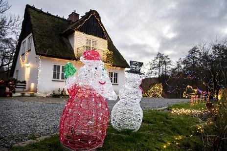 Henrik og Victoria går juleamok: Lysshow spreder julestemning på gammelt møllehus