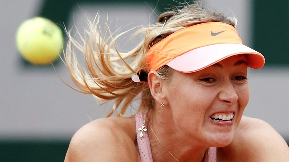 Maria Sharapova of Russia competes against Samantha Stosur of Australia in their women's singles match at the French Open tennis tournament at the Roland Garros stadium in Paris Foto: Reuters/© Vincent Kessler / Reuters