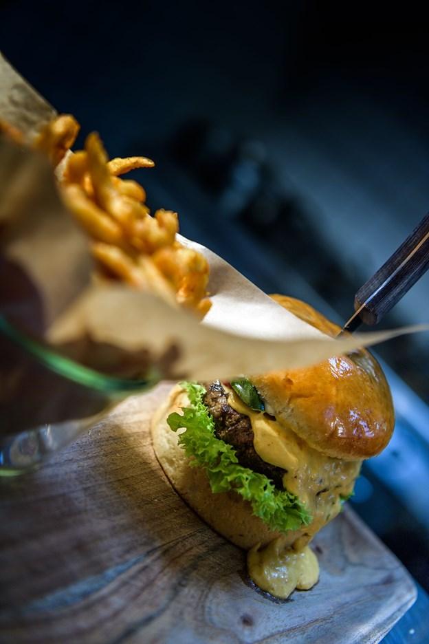 Burgere og fritter er en stor del af menuen, der også byder på snack, ribs og meget andet.