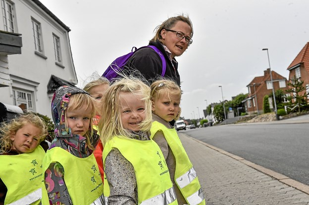 Emma og Karla er ved at gøre sig klar til, sammen med Pia Jensen at lede flokken på i alt seks børn over den eftermiddagstrafikerede Hundborgvej. Foto: Ole Iversen