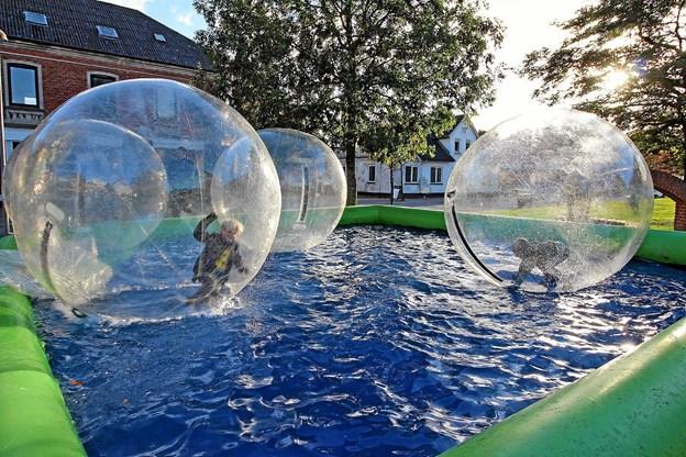 Ved biblioteket var der opstillet store balloner, som børnene kunne kravle ind i og more sig med at rulle rundt. Foto: Jørgen Ingvardsen