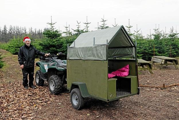 Da der er 65.000 træer af sorten Nordmannsgran at vælge imellem på det store område, tilbyder Ove Hansen, at familierne kan låne en ATW eller UTW, så de kan komme rundt og vælge det helt rigtige træ. Foto: Niels Helver Niels Helver