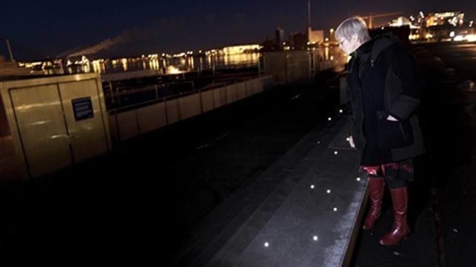 Kirsten Hein kalder lysforholdene direkte farlige flere steder på den nye havnefront. Foto: Henrik Bo