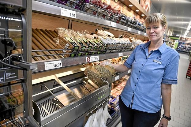 Friskbagt brød i mange varianter. Nu kan kunderne selv få brødet skiveskåret i brødafdelingen. Foto: Ole Iversen