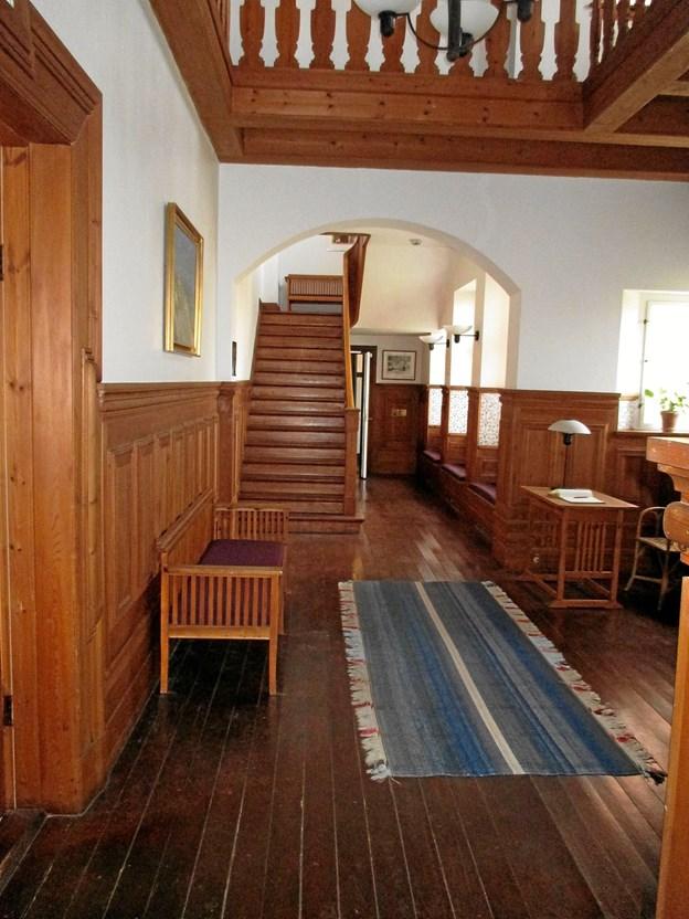 Hallen på Klitgaarden med Plesners noget stivryggede møblement. Kongen ønskede, at trætrappen, træpanelet og rækværket som i Havehuset på Fabriciusvej, der blev tegnet af arkitekt Erik Christan Bunch. LOKALHISTORISK ARKIV SKAGEN