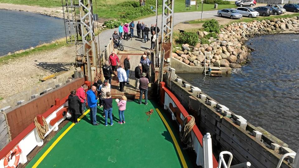 """""""Næssund"""" blev taget imod af en lille flok i Nees. I eftermiddag ventes der betydeligt flere, når færgen indvies officielt klokken 14.30. Privat foto"""