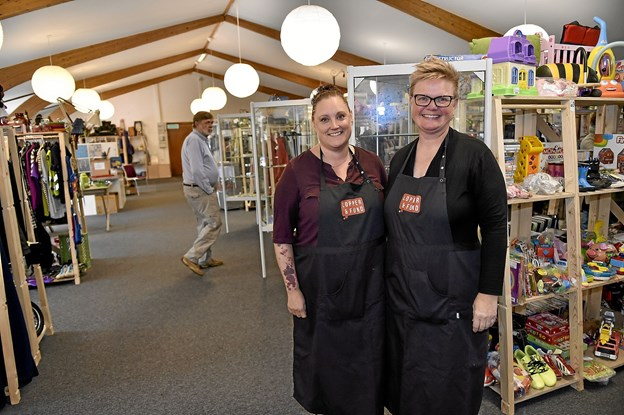 """Hanne Madsen, indehaver og Lotte Lyhne, butiksleder, har for alvor fået gang i """"Lopper og Fund"""". 30. september fejres et års fødselsdag. Foto: Ole Iversen"""