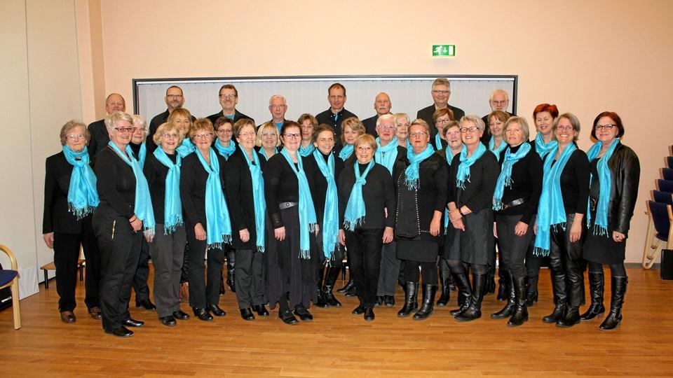 Mas-koret - klar til at synge, så alle kommer i godt humør. Privatfoto.